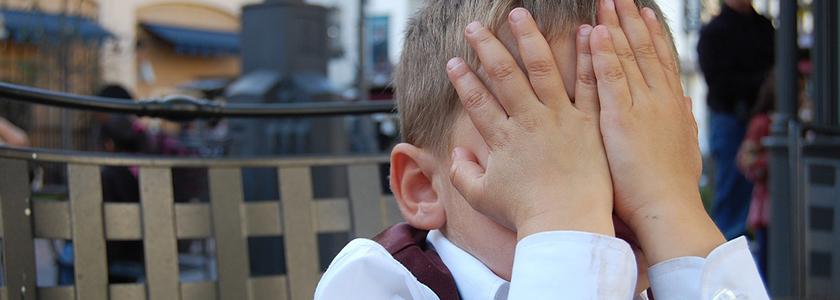 băiețel supărat plange
