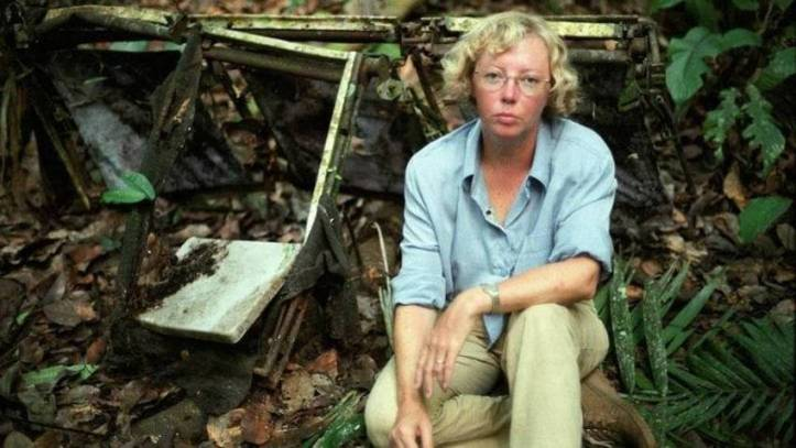 Juliane Koepcke lângă epava avionului.