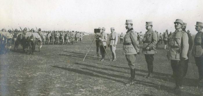 Regele Ferdinand și generalul Eremia Grigorescu asistă la defilarea voluntarilor ardeleni 1917