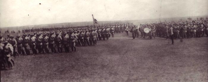 Voluntarii ardeleni defilează în fața regelui Ferdinand, Iași, 1917